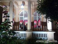 Villa Urania, ingresso principale, notturna e visitatori